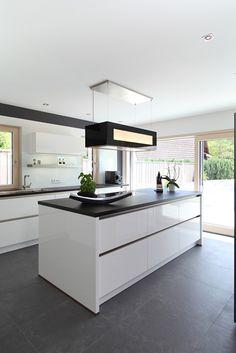 Moderne Kücheninsel mit schwarzen Fliesen