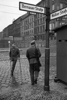 Berlin wall 1962 Photo by Henri Cartier-Bresson Candid Photography, Urban Photography, Street Photography, Photography Ideas, Magnum Photos, Magnum Fotografie, Black And White Landscape, Black White, Old Pictures