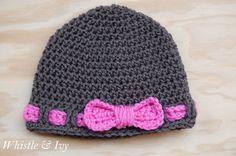 Como hacer un sombrero para niña con cinta. Hoy, he terminado otro patrón crochet. He estado tratando de hacer por lo menos un elemento de recaudación de fondos de Brylee cada noche, y me encontré con un patrón fácil y lindo para un sombrero. Materiales: • Fácil falsa cinta sombrero del bebé • Solía Hilados Corazón Rojo • Y un tamaño G Hook Paso a paso: Fila 8-16: pa en cada p alrededor. Unir con pd. Ch. 1 al comienzo de cada ronda. Para cada tamaño, agregue otra fila después de la ronda 7…
