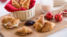 Εύκολα κρουασάν βουτύρου | alevri.com Cookies, Breakfast, Desserts, Recipes, Food, Crack Crackers, Morning Coffee, Tailgate Desserts, Deserts