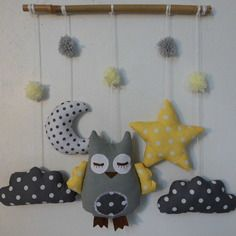 Mobile hibou dans les nuages - gris jaune Diy Projects Plans, Baby Diy Projects, Sewing Projects, Projects To Try, Mobiles, Sewing For Kids, Baby Sewing, Baby Gifts To Make, Coin Couture