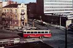 Skoda 9Tr #599 skręca z ulicy Narutowicza w Lipową. Druga połowa lat 70-tych. W rogu bardzo rzadki wyrób polskiej myśli technologicznej autosan H9-35 z dodatkowymi podłużnymi okienkami zawijającymi się na dach.