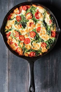 Spinach frittata with tomatoes and goat's cheese, perfect for a quick vegetarian dinner, ready in under 40 minutes. Delicious hot or cold. Baked Frittata, Spinach Frittata, Frittata Recipes, Keto Quiche, Veggie Recipes, Beef Recipes, Whole Food Recipes, Vegetarian Recipes, Healthy Recipes