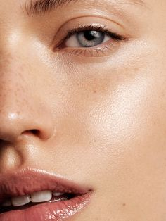 Want to know how to use concealer like the pros do? Good concealer is in the choosing more than the applying. Read our step-by-step guide on how to use concealer effectively now Fresh Makeup, Glowy Makeup, Glowy Skin, Natural Makeup, How To Apply Concealer, Best Concealer, Beauty Care Routine, Beauty Hacks, Clean Beauty