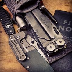 www.dailycarry.co edc, daily carry, pocket dump, knives, wallets, keychain, lighter, minimal, pocket knife, multi-tool, flashlight, watches, tactical pen, watches, notebook, field notes, fenix, spyderco: