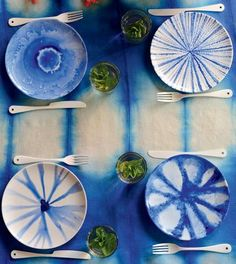 Des assiettes peintes en bleu façon tie and dye/plates painted blue tie and dye