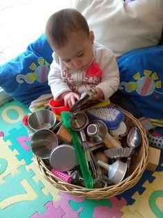 Cesta dos tesouros Montessori: o que é e como fazer? Baby Sensory Play, Sensory Toys, Sensory Activities, Baby Play, Infant Activities, Baby Toys, Toddler Daycare Rooms, Toddler Play, Emotions Preschool