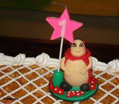 Topo de bolo joaninha em porcelana fria - aniversário (detalhe)