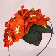 Hårbøjle med røde juleroser, æbleblomster og gardeniaer - til julefrokosten eller julebruden