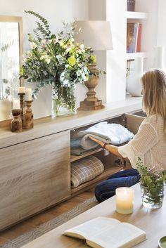 """Guardar, guardar y guadarPara Laura, contar con mucho espacio para guardar es la clave del orden. """"Todos los espacios necesitan almacenaje. Los armarios nunca sobran, pero hay que saber disimularlos"""". La formica de los muebles esmás económica y resistente que la madera."""
