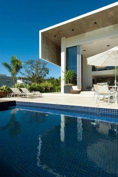 Villa design du Brésil avec accès direct sur la terrasse et sa piscine depuis le salon ! Plus de photos sur Côté Maison http://petitlien.fr/828e
