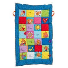 Installé  sur ce tapis, l'enfant explore les motifs aux couleurs variées et les activités d'éveil. Le tapis est pliable et permet d'installer l'enfant là où il vous accompagne.