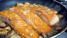 Ένας νόστιμος τρόπος για να απολαύσεις το σολομό κι ένα μεγάλο πλεονέκτημα. Σε λιγότερο από 30 λεπτά τρώμε, υπέροχο σολομό σερβιρισμένο με ρύζι basmati. Pork, Turkey, Meat, Cooking, Kale Stir Fry, Kitchen, Turkey Country, Pork Chops, Brewing