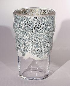 Florero de cristal decorado con mosaico de espejo.         Color:Transparente    Tamaño:10x15 cm    Peso:477 gr