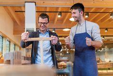 In Handwerkskursen erlernen Teilnehmer das echte Handwerk und tischlern etwa einen Holz-Bilderrahmen selbst. © AnnoLIGNUM Prepping, Style, Fashion, Wood Picture Frames, Restoration, Carpentry, Road Trip Destinations, Swag, Moda