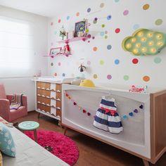 Um quarto de bebê desenvolvido pelo escritório Isabela Bethônico. O tema do quarto é contemporâneo. A escolha se deu pela vontade de criar um ambiente que acompanhasse o crescimento da bebê, que não fosse infantil em excesso.Tanto a mãe quanto o pai gostam