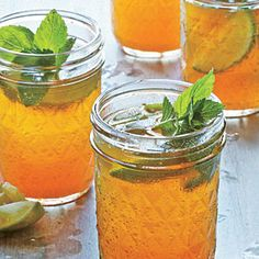 Sweet Tea Mint Juleps feature ingredients from two quintessential Southern beverages--with sparkling wine stirred in. Chill your glasses while the tea Summer Drinks, Fun Drinks, Alcoholic Drinks, Beverages, Healthy Cocktails, Summer Cocktails, Cold Drinks, Punch, Fresh Mint Leaves