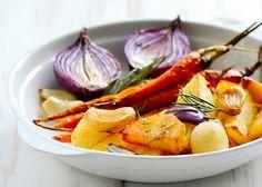 אין כמו ניחוח של ירקות קלויים מהבילים שיצאו עכשיו מהתנור! אותי זה תמיד משמח, במיוחד בחורף. תמהיל של בטטה, בצל סגול, זוקיני, ארטישוק ירושלמי, סלק, פטריות, ברוקולי,כרובית וגזר – חלקם או כולם יחד, מהווים ארוחה טעימה, מזינה, קלילה ומפנקת. אני אוהבת להוסיף לירקות המוכנים ממרח פסטו בייתי או טחינה ולפעמים גם איזו פרוסת לחם מחמצת …