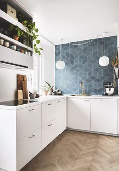 Se, hvordan Sarah og Kasper fik skabt drømmekøkkenet (med me Kitchen Layout, New Kitchen, Kitchen Dining, Kitchen Decor, Kitchen Cabinets, Scandinavian Kitchen, Küchen Design, Kitchen Interior, Cool Kitchens