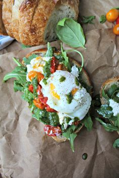 Poached Egg, Heirloom Tomato, and Burrata Toast with Basil Vinaigrette - The Secret Ingredient Is Healthy Summer Recipes, Healthy Eating Tips, Clean Eating, Eat Healthy, Snacks Saludables, Wheat Free Recipes, Heirloom Tomatoes, Poached Eggs, Breakfast Recipes