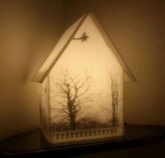 Lámparas con siluetas oníricas habitadas lobos, casas, calaveras y señores con grandes bigotes.