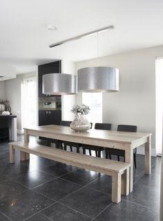 bank/stoelen tafel, vloer, lampen. Mooie lampen! Tafel ook mooi, houten bank niet zo handig, wel met rugleuning