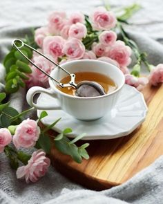 E esse friozinho? Waiting for the cold days! Good Morning Coffee Gif, Coffee Break, Coffee Time, Tea Time, Tea Party Attire, Coffee Vs Tea, Teacup Flowers, Parisian Cafe, Tea And Books
