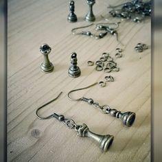 Facebook : https://m.facebook.com/CreazioniBarbara  #bijoux #handmade #fattoconamore #orecchini #earrings #fattoamano #barbarariccicreations #bronze #chess #scacchi #artigianato #love #accessorize #creation #novità #workinprogress #handmadecreations #madeinitaly #king #pawn #colorbronzo #bronzo #italy #rome