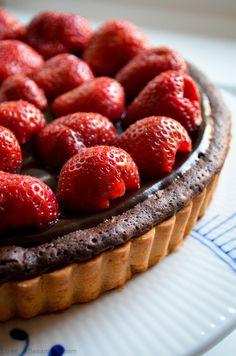 Double chocolate strawberry tart (recipe in Danish) Dobbelt-chokolade-jordbærtærte — from the blog Sesam, Sesam