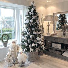 Black Christmas Trees, Winter Wonderland Christmas, Christmas Tree Design, Christmas Tree Themes, Merry Christmas To All, Christmas Store, Xmas Tree, Beautiful Christmas, Mason Jar Christmas Crafts