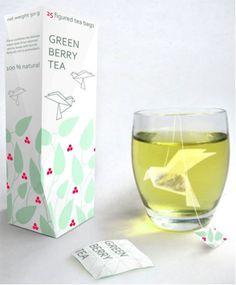 Contenant/contenu : La boite cartonnée rectangulaire renferme les sachets de thés/  Décor : Des couleurs sobres qui s'expliquent par le design des sachets de thé sur le modèle des origamis/ Techniques : une boite rectangulaire permettant l'entassement des sachets de thé en forme d'oiseau/ Communication : Faire des origamis est une distraction studieuse et paisible que l'on peut facilement faire avec une tasse de thé à côté de soi.