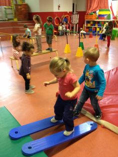 Fußgängerbrücke Plus - Kinderspiele Preschool Gymnastics, Preschool Music, Sports Day, Kids Sports, Activity Games For Kids, Kids Gym, Motor Skills Activities, Teacher Inspiration, Physical Education Games
