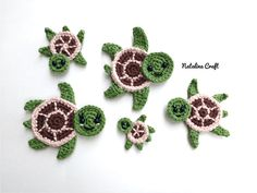 Crochet Turtle Appliques - Free and Easy patterns Free crochet pattern - Sea turtles Family Appliques - Tortues de mer How cute are these Sea turtles? They would be perfect for decorate a blanket! Crochet Seashell Applique, Crochet Mermaid Tail, Crochet Motif, Diy Crochet, Crochet Crafts, Crochet Projects, Thread Crochet, Yarn Crafts, Crochet Flowers