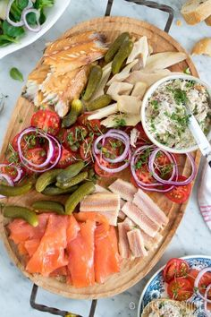 For with drinks // drink board with smoked fish Little Spoon Fish Recipes, Healthy Recipes, Fingerfood Party, Good Food, Yummy Food, Happy Kitchen, Food Platters, Snacks Für Party, Kitchens