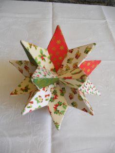 Estrelas de papalão e tecido.