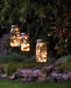 Jamjar Dew Drop LED Lysslynge i Norgesglass fra Star Trading er et vakkert dekorasjonselement til hage, balkong og terrasse. Du kan henge de opp i trærne, eller sette de på bord eller i trapp. Enkelt og dekorativt!