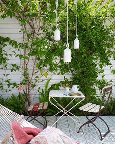 Tuin inspiratie | Een witte schutting en smalle groenstrook geeft een smalle tuin... Door jas2507