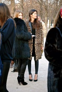 The classic animal print coat instantly adds a glam, fashion-forward feel to any outfit. Fashion Mode, Fur Fashion, Look Fashion, Barbara Martelo, Leopard Print Coat, Leopard Animal, Animal Print Fashion, Animal Prints, Winter Stil