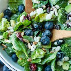 Blueberry Broccoli Spinach Salad with Poppyseed Ranch Blueberry Broccoli Spinach Salad with Poppyseed RanchThis tasty Blueberry Broccoli Spinach Salad with Poppyseed Ranch is the perfect blend o Easy Salads, Healthy Salads, Summer Salads, Healthy Eating, Healthy Recipes, Savoury Recipes, Healthy Lunches, Skinny Recipes, Clean Eating