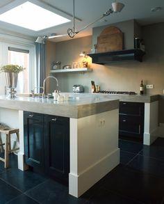 keuken zwart - lichtkoepel - zwarte tegels - vloer natuursteen - dik keukenblad - schouw keukeneiland