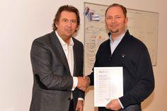 Erstes Seo-Zertifikat von Horst Berghäuser übergeben an Heiko Stiegert