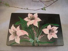 Porta joia em madeira pintada à mão.