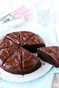 Bir çikolata krizi pastası ile karşınızdayım! :) Kekinin yumuşacık ıslak dokusu, sütlü çikolatalı kremasının ipeksi kıvamıyla kusursuz b... Honey Dessert, Cake Recipes, Dessert Recipes, Breaded Shrimp, Gateaux Cake, Trifle, Damy's Kitchen, Kitchen Design, Chocolate Cake