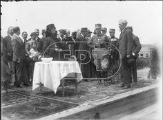 Αγιασμός στα εγκαίνια του συνοικισμού Παγκρατίου ( τον επόμενο χρόνο μετονομάσθηκε σε Συνοικισμό Βύρωνος). (29 Απριλίου 1923). Δεξιά, ο Απόστολος Δοξιάδης, Υπουργός Περιθάλψεως και δίπλα του ο Βασιλιάς Γεώργιος ο Β'.