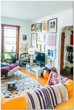 7 Warning Signs Of Your Eclectic Home Decor Demise – Home & Woman,  #Decor #Demise #Eclectic #Home #Signs #Warning #Woman Vintage Modern Living Room, Mid Century Modern Living Room, Eclectic Living Room, Boho Living Room, Living Room Designs, Bohemian Living, Quirky Living Room Ideas, Quirky Decor, Bedroom Vintage