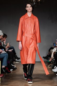 ABOUT Stand was founded by Nellie Kamras in 2014 from the idea to meet a demand for expertly designed, high fashioned leather pieces at an accessible price. Stockholm Fashion Week, Fashion 2018, Ready To Wear, Duster Coat, Street Style, Autumn, How To Wear, Leather, Jackets