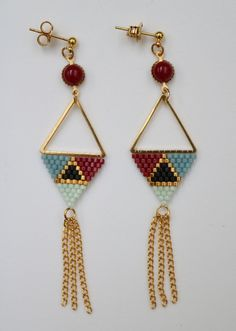 Boucles d'oreilles KITE Miyuki woven glass beads earrings, triangle, cabochon and chain clasps brass studs guaranteed nickel free height 8 cm; base of the triangle 2 cm Jewelry entirely handcrafted in the workshop MacramYelle Création in Bordeaux. Diy Jewelry Rings, Seed Bead Jewelry, Bead Jewellery, Seed Bead Earrings, Diy Earrings, Earrings Handmade, Chain Earrings, Beaded Earrings Patterns, Beading Patterns