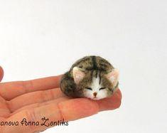 Sleeping calico tabby cat needle felted, Little sleeping kitten, miniature animal, miniature cat, cat for dollhouse, sleeping cat, tabby cat