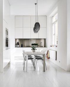 Pure white for this kitchen with STUA Globus chairs. GLOBUS: www.stua.com/design/globus Via: @alexanderwhitesthlm and @mahtab.lindstrom