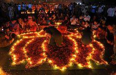 Devotos hindús realizan un ritual, encendiendo diyas (lámparas de tierra) a causa del mes de Karthika en Hyderabad (India). (AFP/VANGUARDIA LIBERAL)